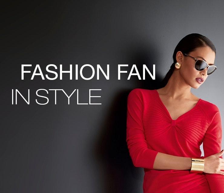Dame mit rotem Oberteil, goldener Armspange und schwarzer Sonnenbrille. WM-Style!