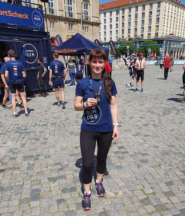 Im Ziel mit der Medaille beim SportScheck Run Dresden