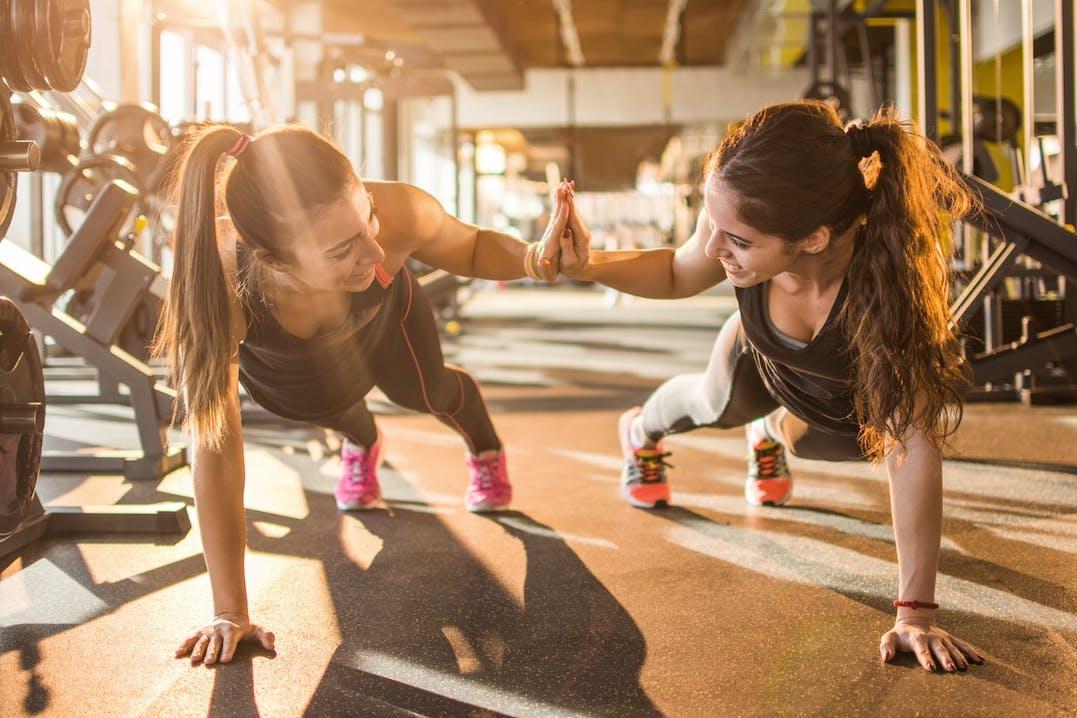 Junge Frauen trainieren am Morgen