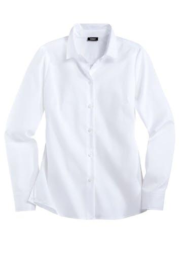 Weiße Bluse mit Knöpfen.