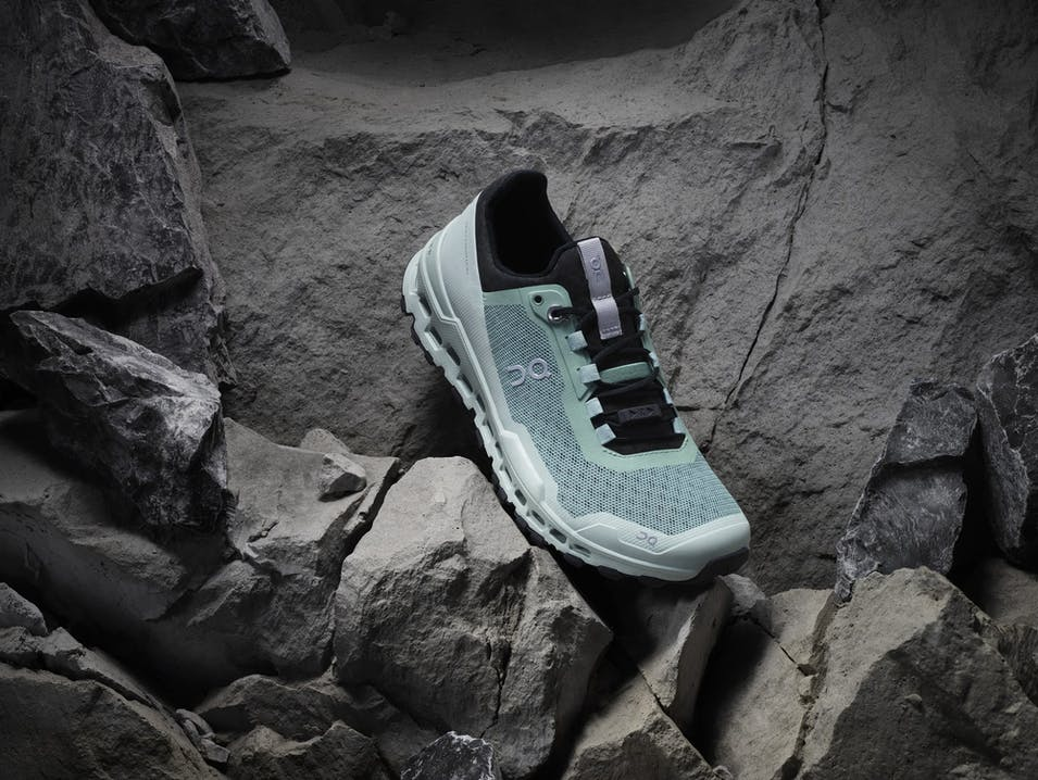 Photo Schuhe On Cloudultra auf Felsen