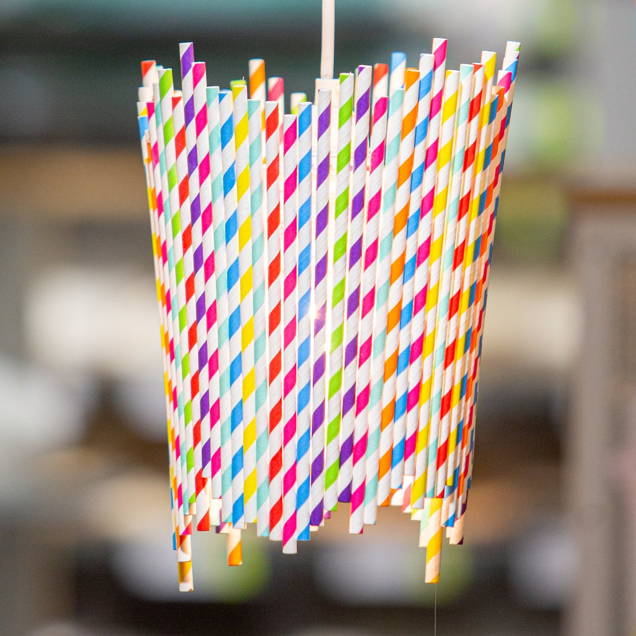 Leuchten zum Selberbauen / DIY-Leuchte aus Strohhalmen