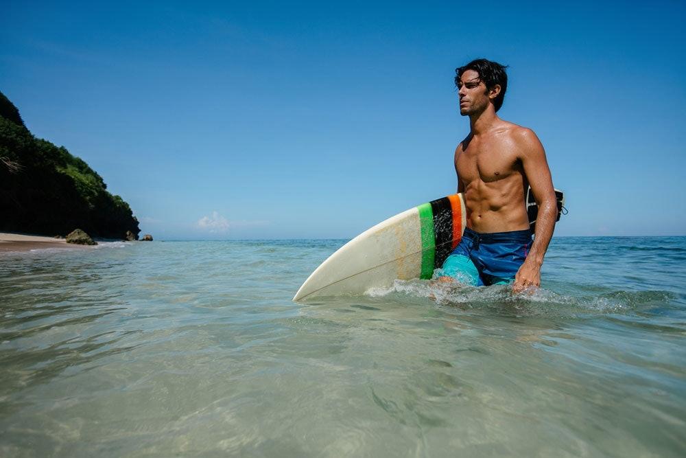 Surfer in Badeshorts