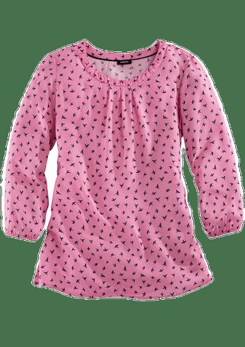 Pinke Bluse mit ¾-Arm und einem Muster aus schwarzen Vögeln.