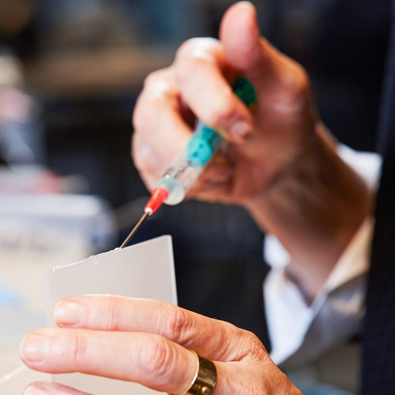 Tipp für sauberes Arbeiten: Klebstoff zum PLEXIGLAS ® kleben mit einer Spritze auftragen