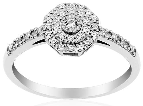 Cette Bague CLEOR LOUISE est en Or 375/1000 Blanc et Diamant