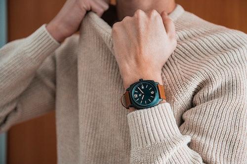Cette montre B&G se compose d'un boîtier Rectangulaire de 42 mm et d'un bracelet en Cuir Marron