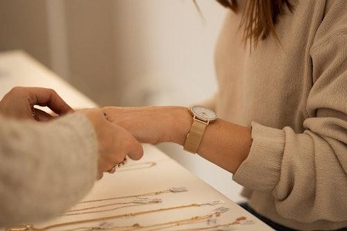 Cette montre B&G se compose d'un boîtier Rond de 34 mm et d'un bracelet en Métal Jaune