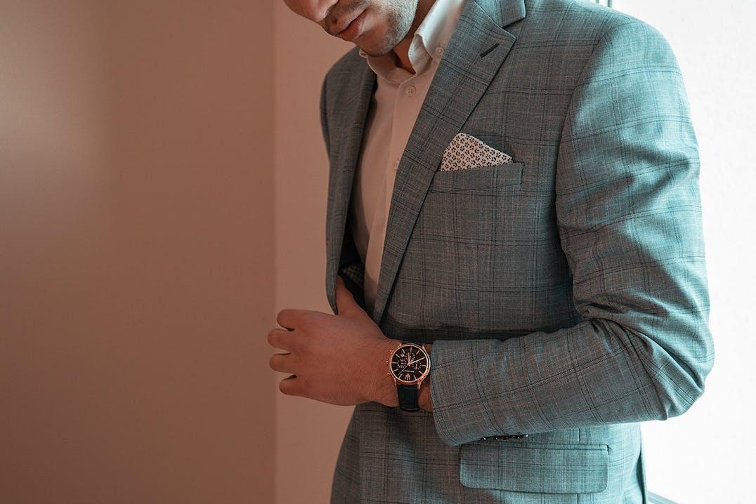 Cette Montre pour Homme se compose d'un Boîtier Rond de 48 mm x 42 mm et d'un Bracelet en Cuir Bleu