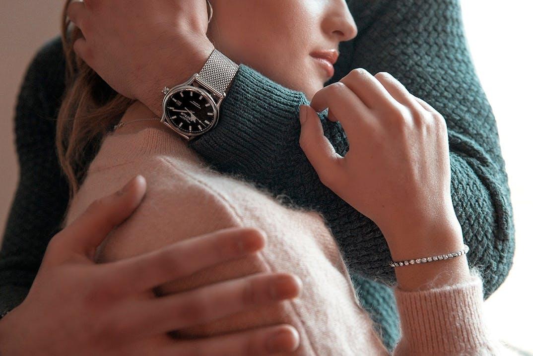 Ce Coffret B&G PREPPY se compose d'une Montre pour Femme avec un Boîtier Rond de 32 mm, de son Bracelet en Métal Gris et d'un Bracelet