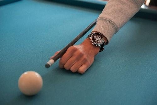 Cette Montre pour Homme CHRONOSTAR se compose d'un Boîtier Rond de 44 mm et d'un Bracelet en Cuir Noir