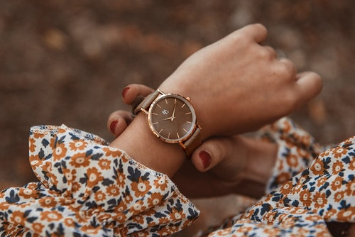 Cette Montre pour Femme B&G se compose d'un Boîtier Rond de 34 mm et d'un Bracelet en Cuir Marron