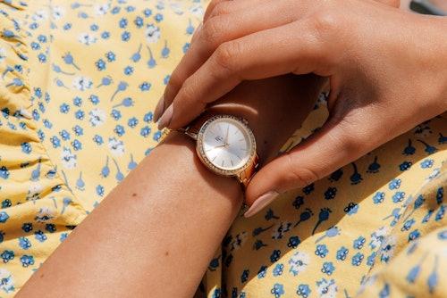 Cette Montre pour Femme B&G PREPPY se compose d'un Boîtier Rond de 32 mm et d'un Bracelet en Métal Jaune