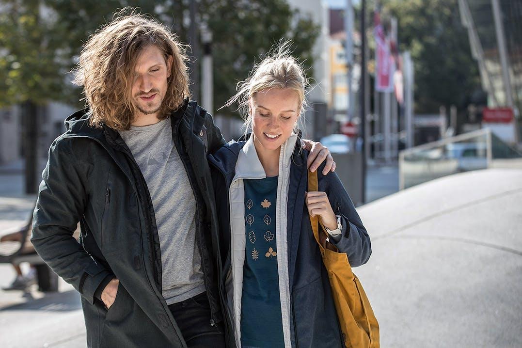 Paar trägt OCK Kleidung zum Stadtbummel