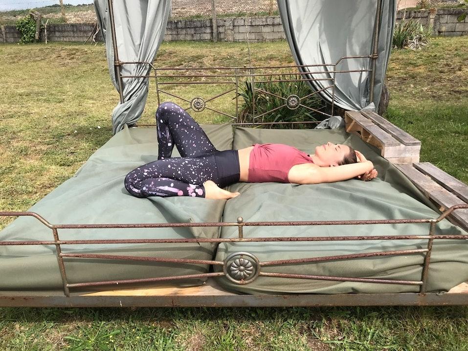 Yoga Übung im Bett halber Held