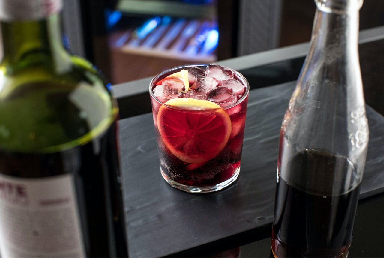 Kalimotxo drink recipe in a glass with ice and lemon