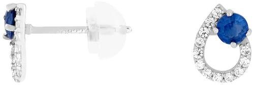 Ces Boucles d'oreilles CLEOR sont en Or 375/1000 Blanc et Saphir Bleu