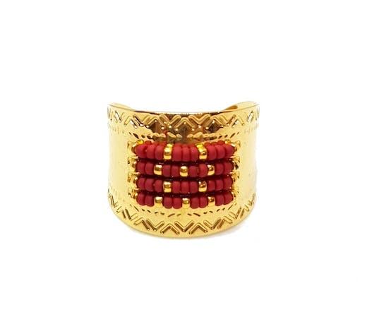 Bague en laiton doré à l'Or fin 24 carats ornée de perles japonaises cousues main. Largeur: 1,5 cm Taille réglable Matière principale : Laiton