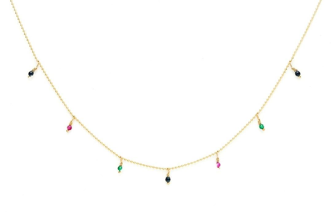 Ce collier ras du cou de la collection Frida se compose d'une chaîne perlée plaquée or jaune (Gold-filled) et de petites pierres facettées. Matériaux : Gold-Filled 14kt, perles de culture blanches, Pyrites et perles étincelantes couleur or. Longueur : 35 à 39,5cm (ajustable) Matière principale : Métal