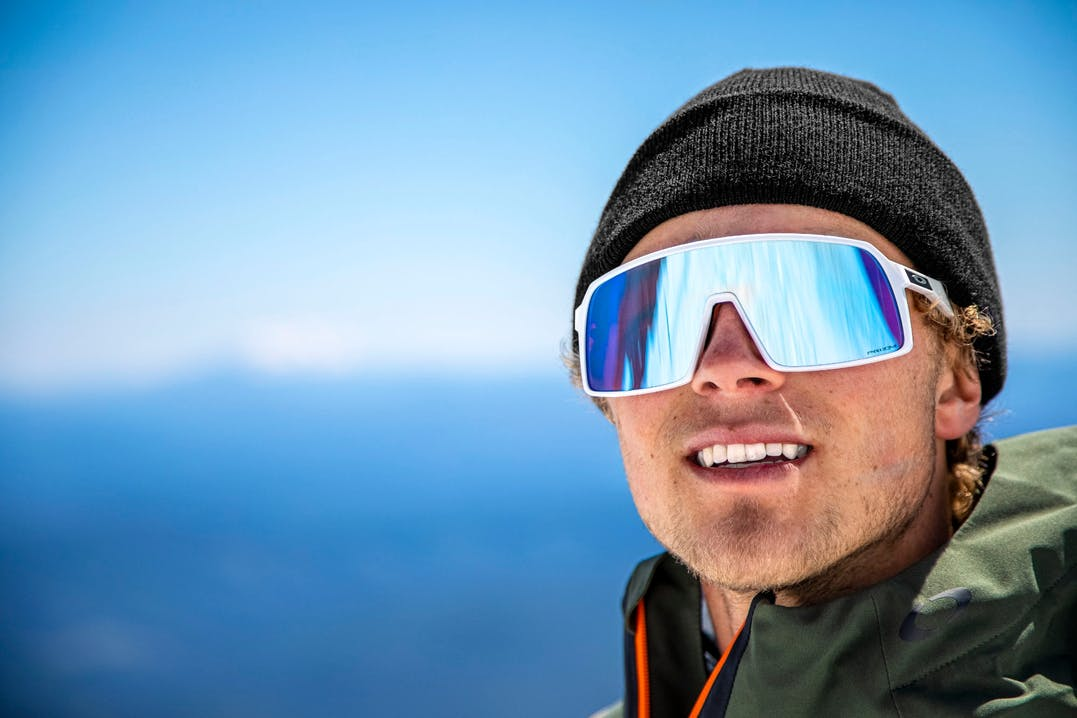 Atleta indossa occhiali sportivi Oakley