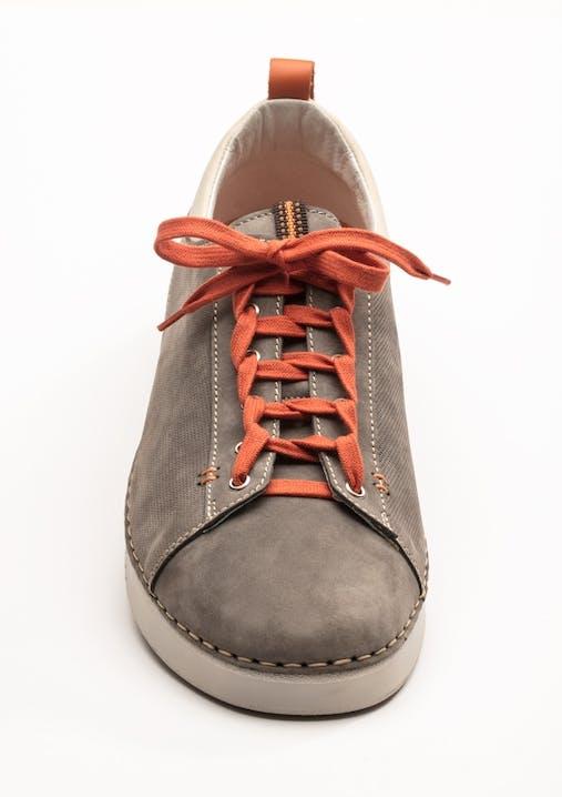 Brauner Sneaker mit orangefarbenem Schnürsenkel in »Leiter«-Schnürung.