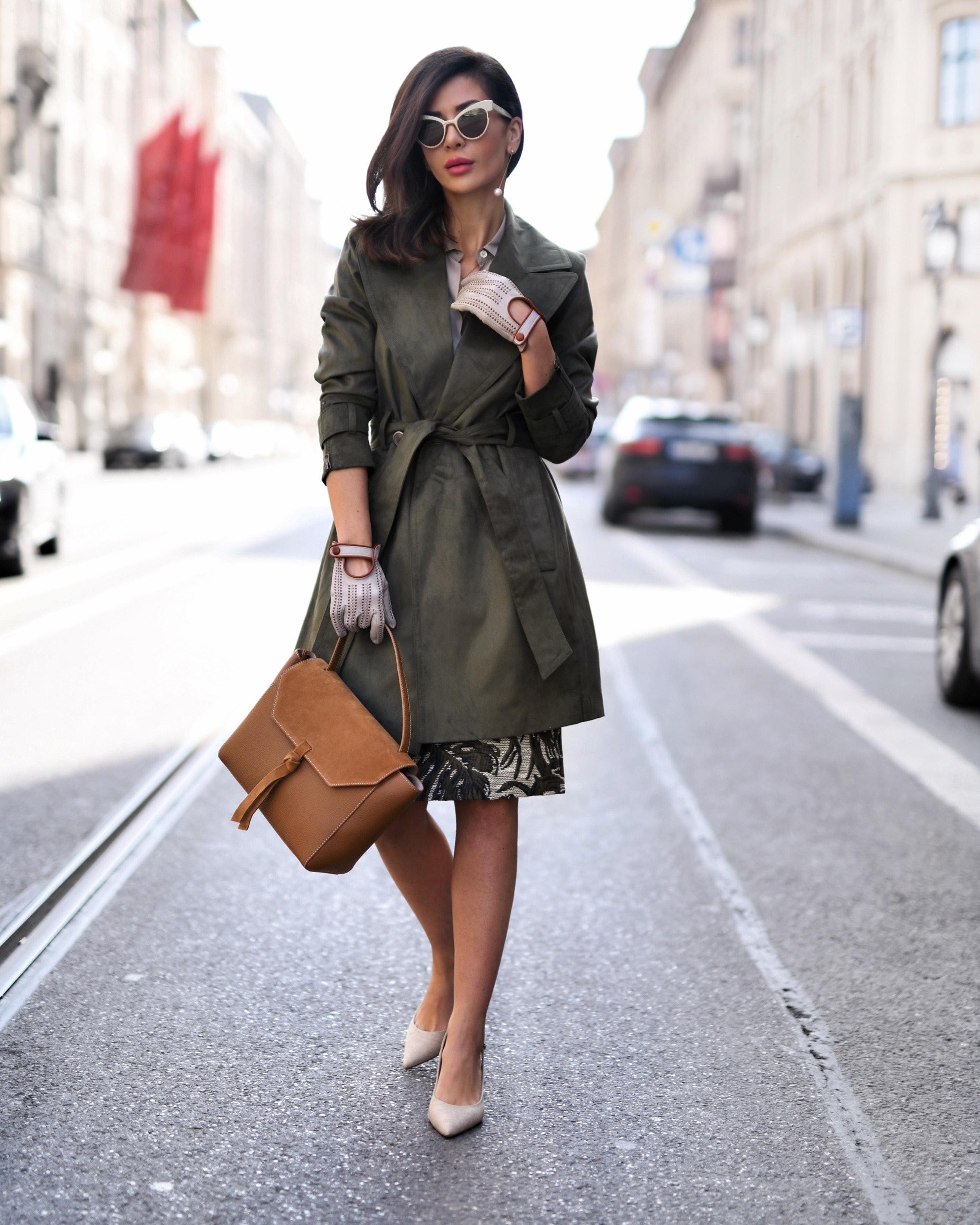 Modebloggerin Füsun Lindner auf der Straße im angesagten Handschuh-Look