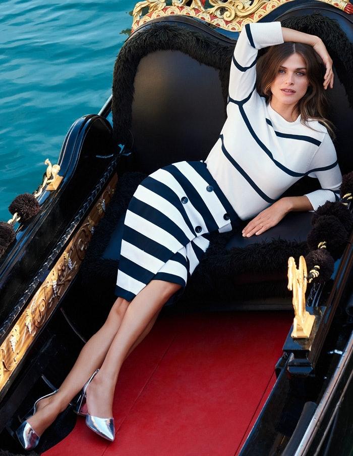 Elisa Sednaoui räkelt sich in einer Gondel in Venedig.