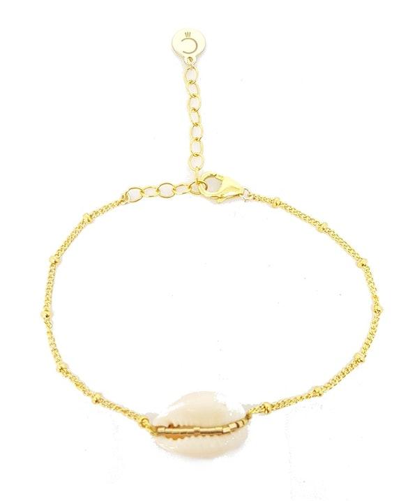 Bracelet fin en chaîne perlée en Plaqué Or Gold Filled 14 carats orné d'un Cauri naturel et perles Gold Filled 14 carats cousues main.Longueur réglable.Matière principale : Or