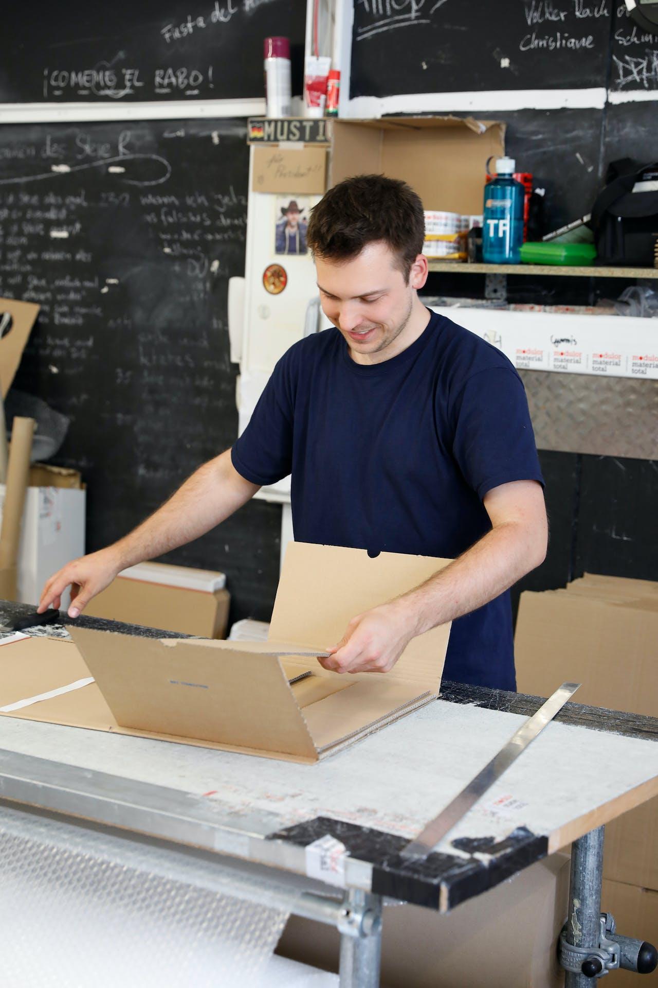 Modulor Logistik am Moritzplatz: Mitarbeiter Tim beim Verpacken der Ware
