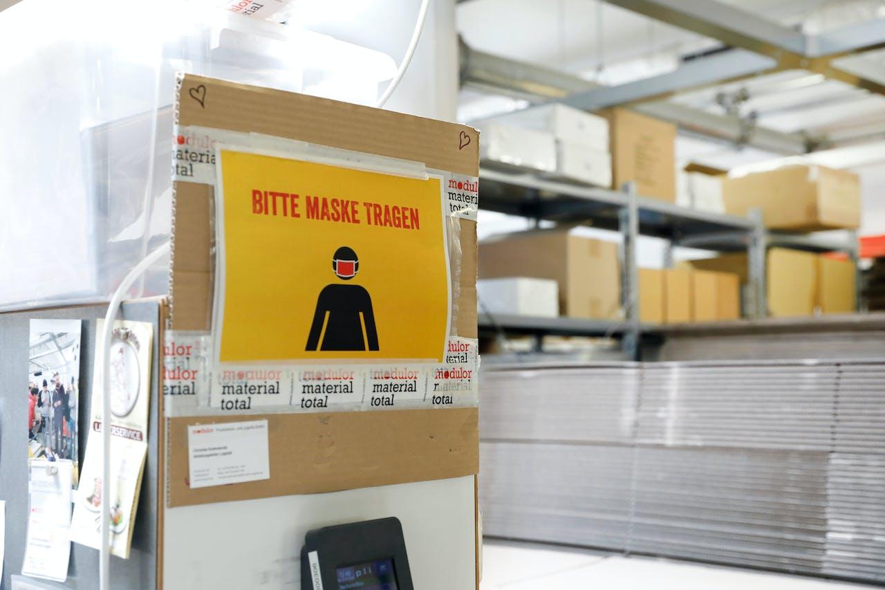 Modulor Logistik am Moritzplatz: Sicherheit geht vor, deshalb tragen die Mitarbeiter in vielen Bereichen der Logistik eine Maske