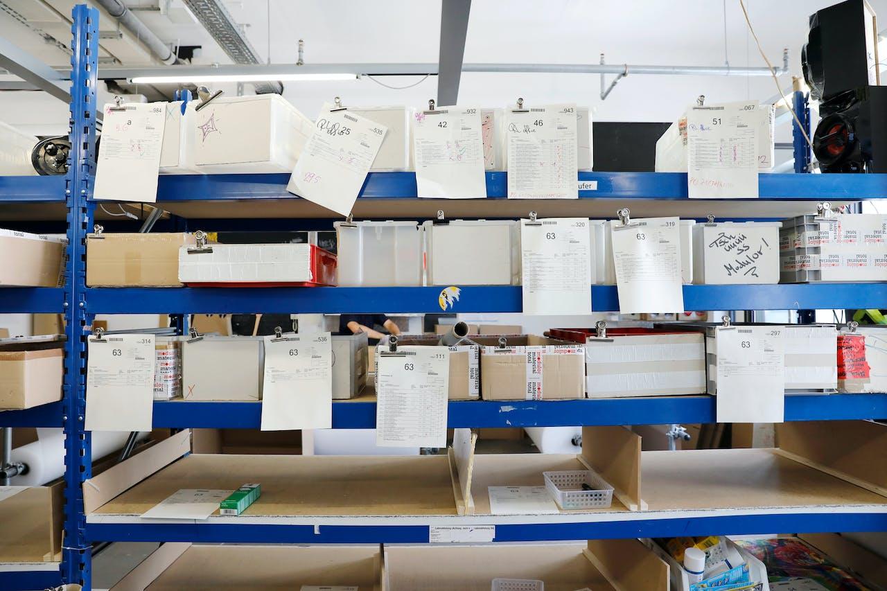 Modulor Logistik am Moritzplatz: Hier werden die Bestellungen gesammelt und vor dem Verpacken gecheckt