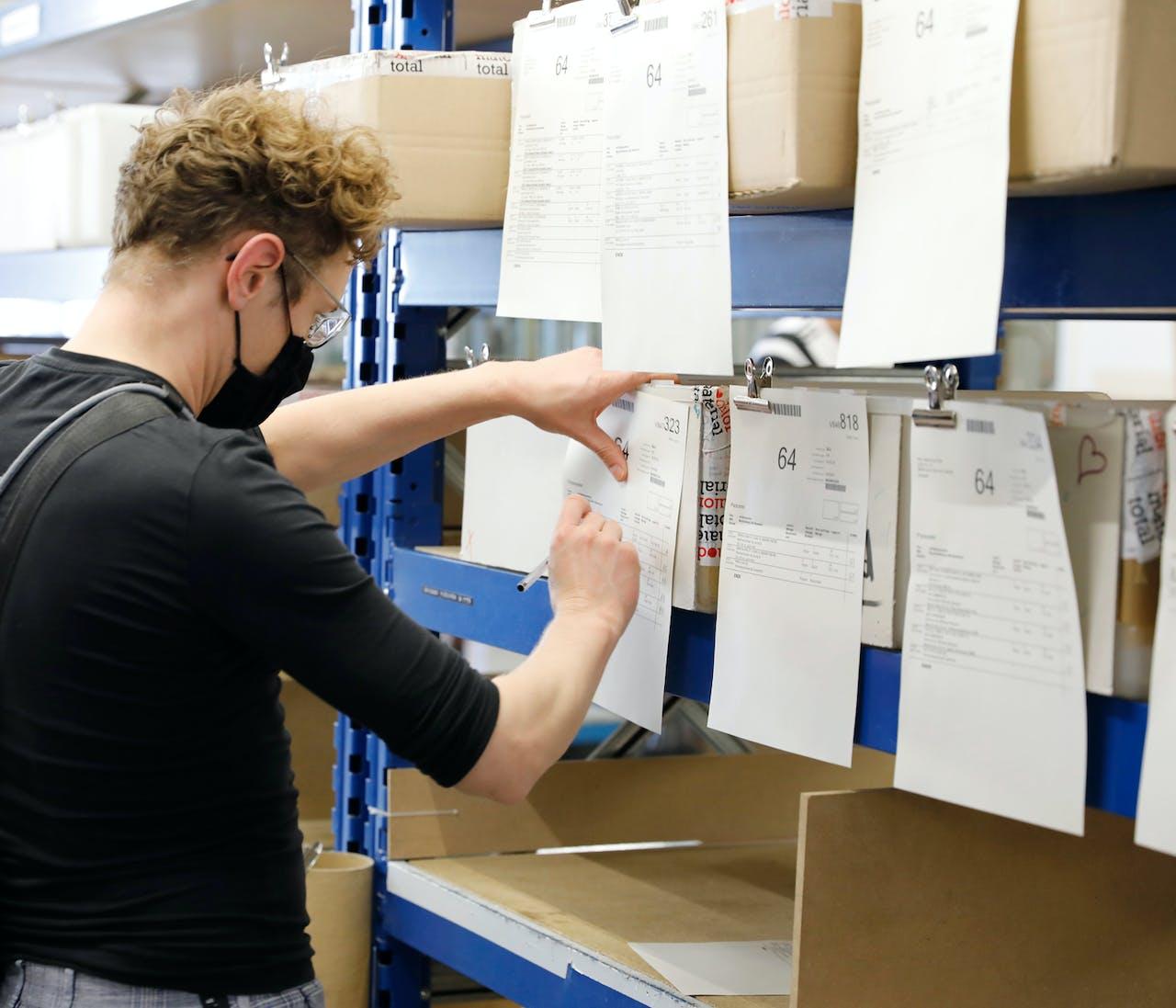 Modulor Logistik am Moritzplatz: Mitarbeiter Kevin überprüft die Kommissionierliste