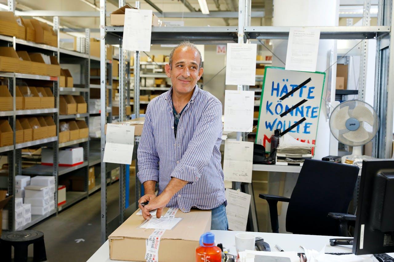 Modulor Logistik am Moritzplatz: Yusuf arbeitet im Wareneingang und kümmert sich um die Retouren