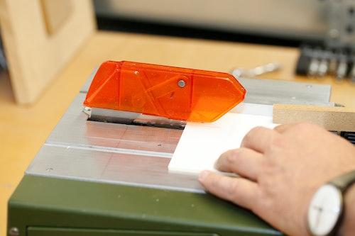 Acrylglas mit der Modellbau-Tischkreissäge schneiden