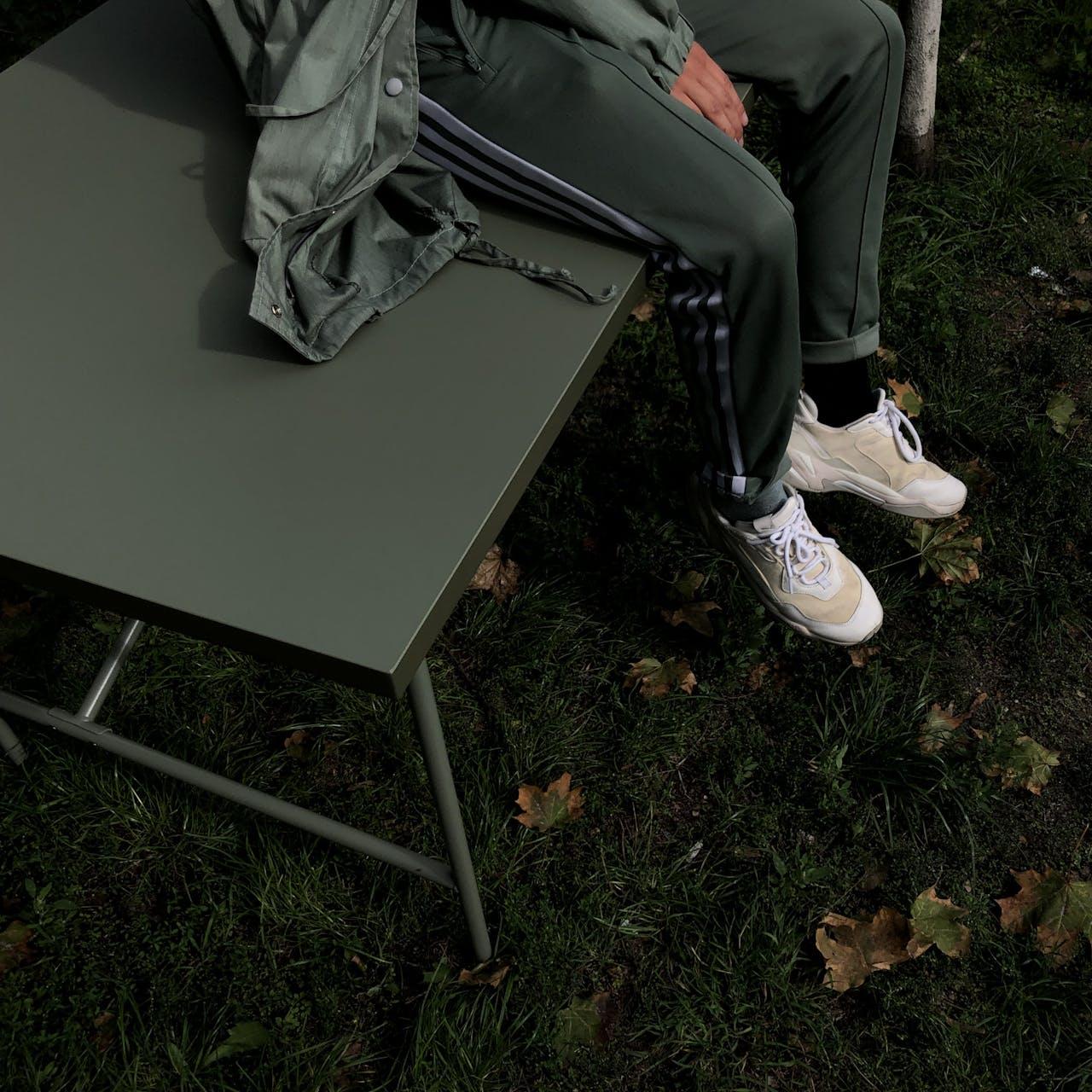 E2 x Modulor: Designklassiker unter den Tischgestellen in olivgrün