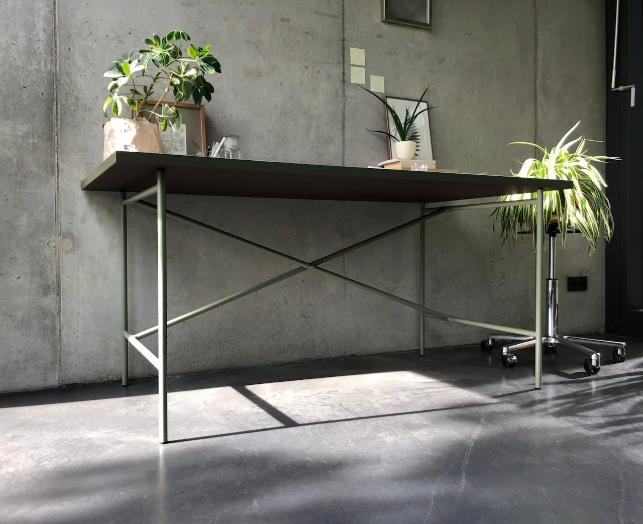 E2 Tischgestell mit farblich passender Linoleum Tischplatte
