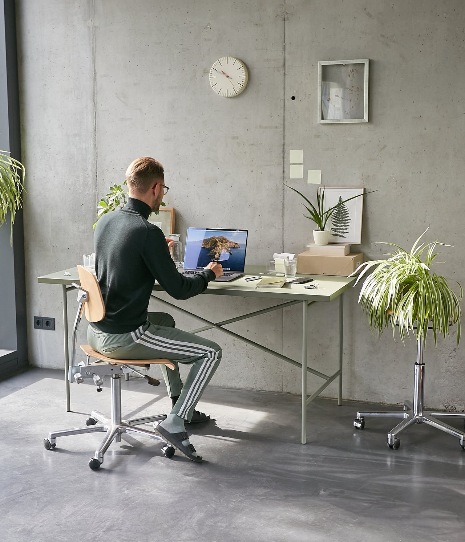 Der perfekte Home Office Tisch: Das E2 Gestell in Olivgrün passender Linoleumplatte