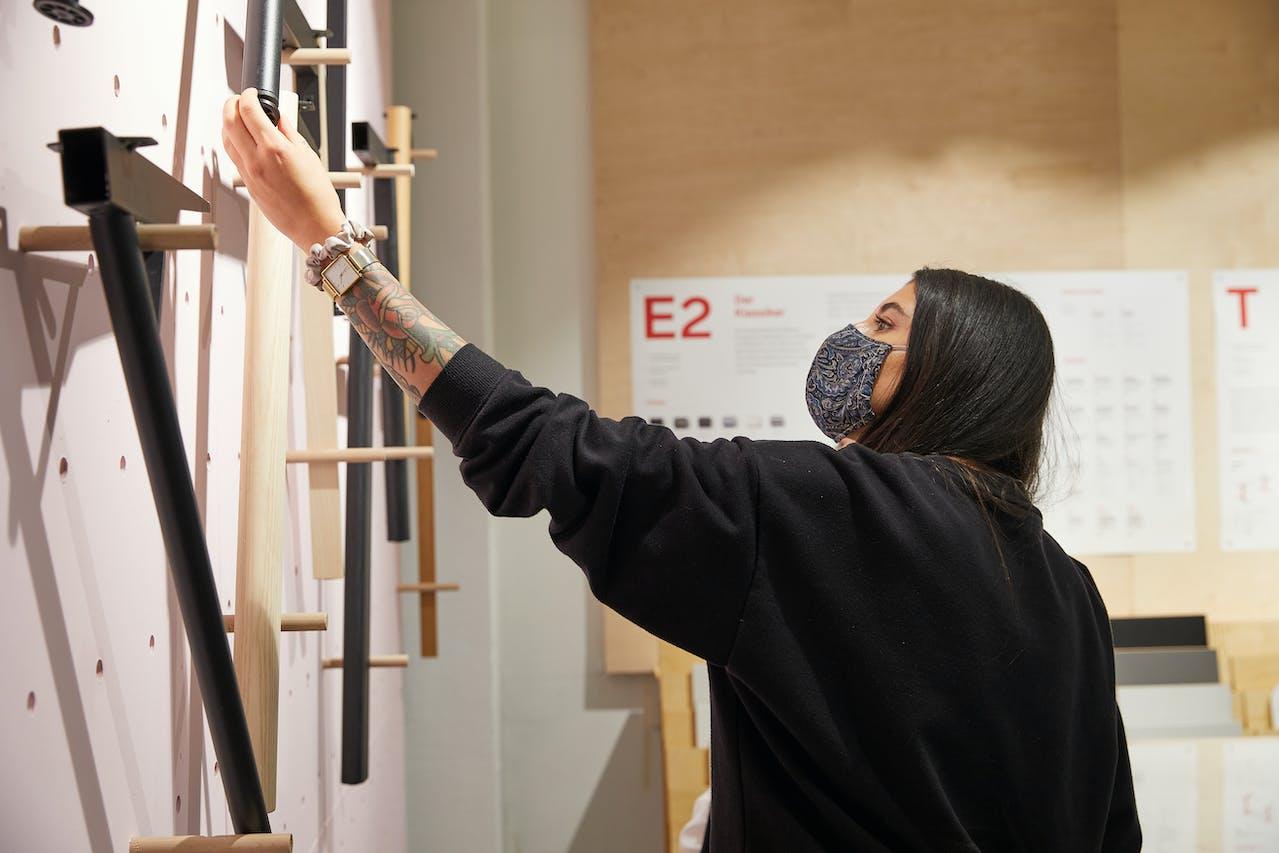 Arbeitstisch gesucht: Saskia begutachtet verschiedene Tischgestelle