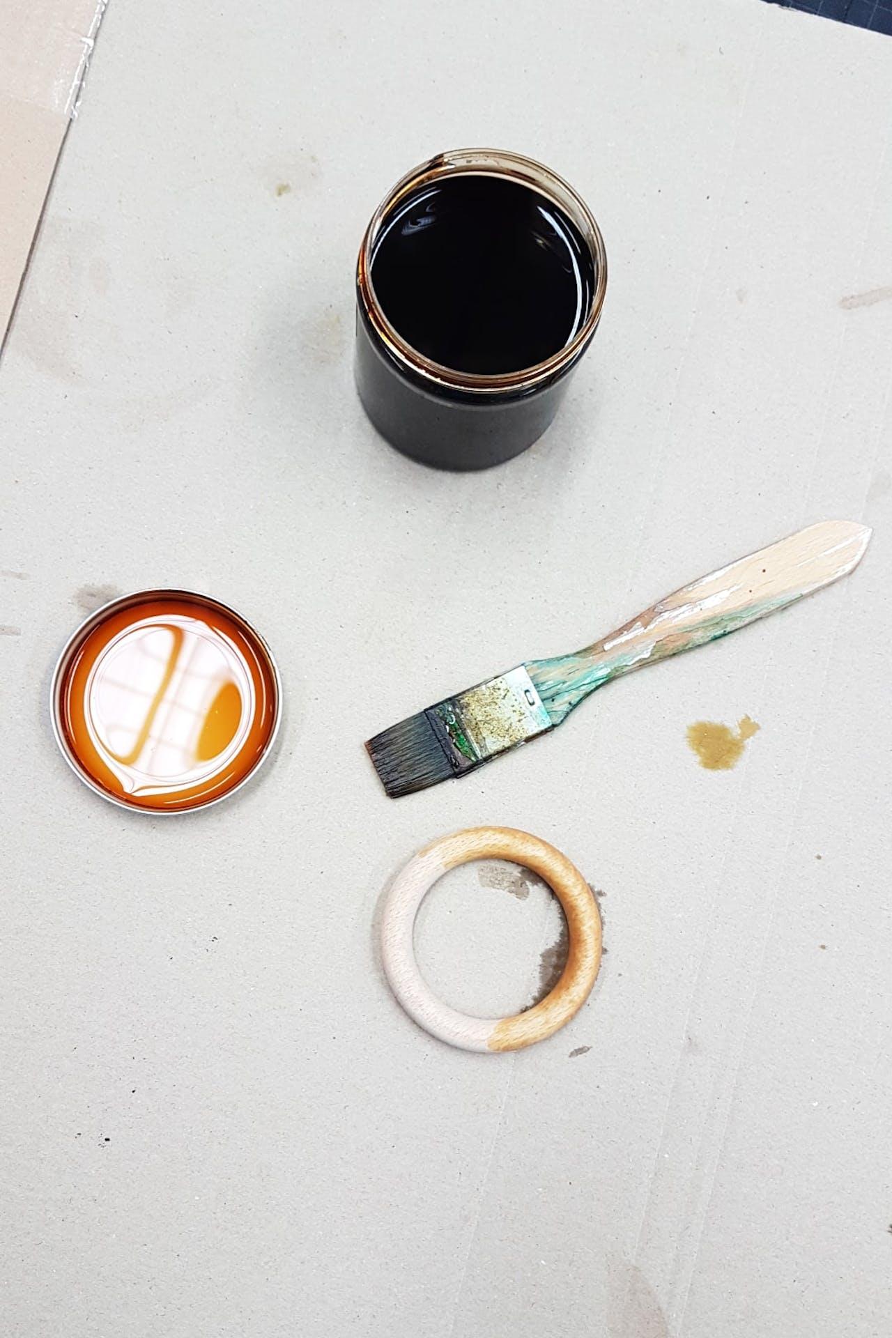 DIY Kette im Bauhaus Stil: Holzring beizen