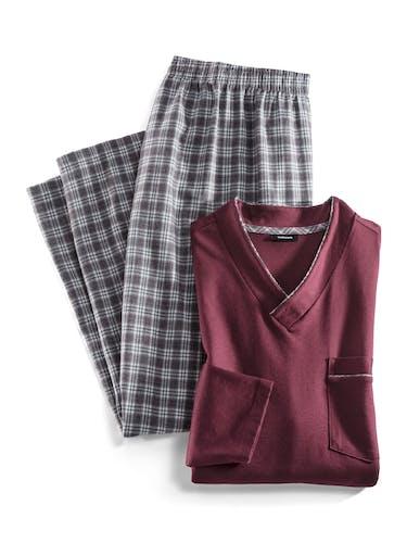Karierte Pyjamahose in weiß/braun und ein rotes Oberteil mit V-Ausschnitt und Brusttasche.