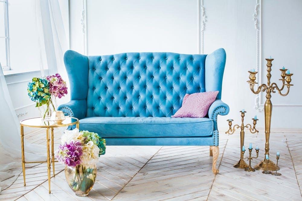 Hvert år kommer der nye trends inden for indretningsdesign. For eksempel kan der være farvepaletter, som er in et givent år, og som derfor vil kunne ses i mange hjem. Vi har skrevet de ting ned, du skal vide om blå og guldfarvede indretningstrends.
