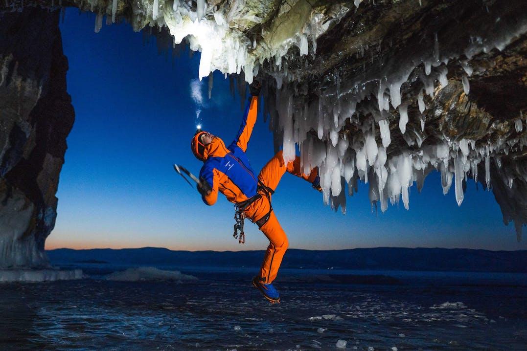 Dani Arnold scala una parete sul Lago di Baikal.