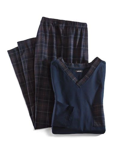 Dunkle Schlafanzugshose mit Karomuster und dunkelblauem Oberteil mit Brusttasche und V-Ausschnitt.