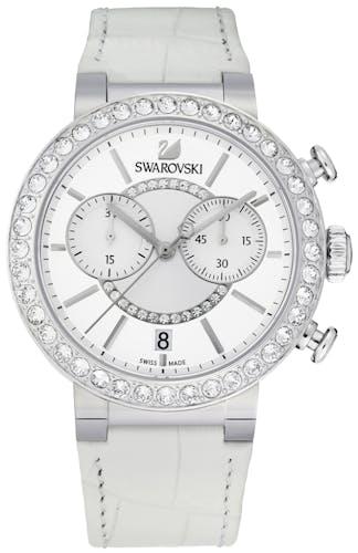 Cette montre SWAROVSKI se compose d'un boîtier Rond de 38 mm et d'un bracelet en Cuir Véritable de Veau Grainage Crocodile Blanc