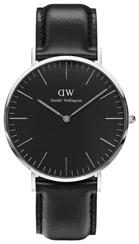 Cette montre DANIEL WELLINGTON se compose d'un boîtier Rond de 40 mm et d'un bracelet en Cuir Noir  -