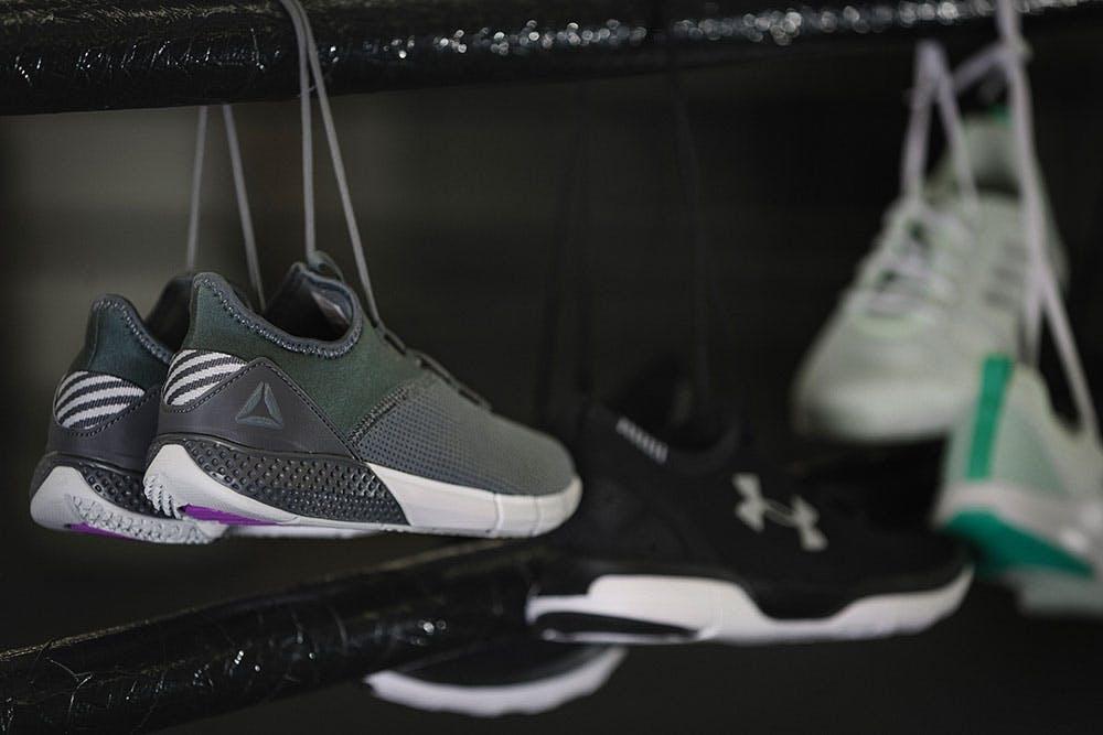 Sneakers und Sportschuhe hängen