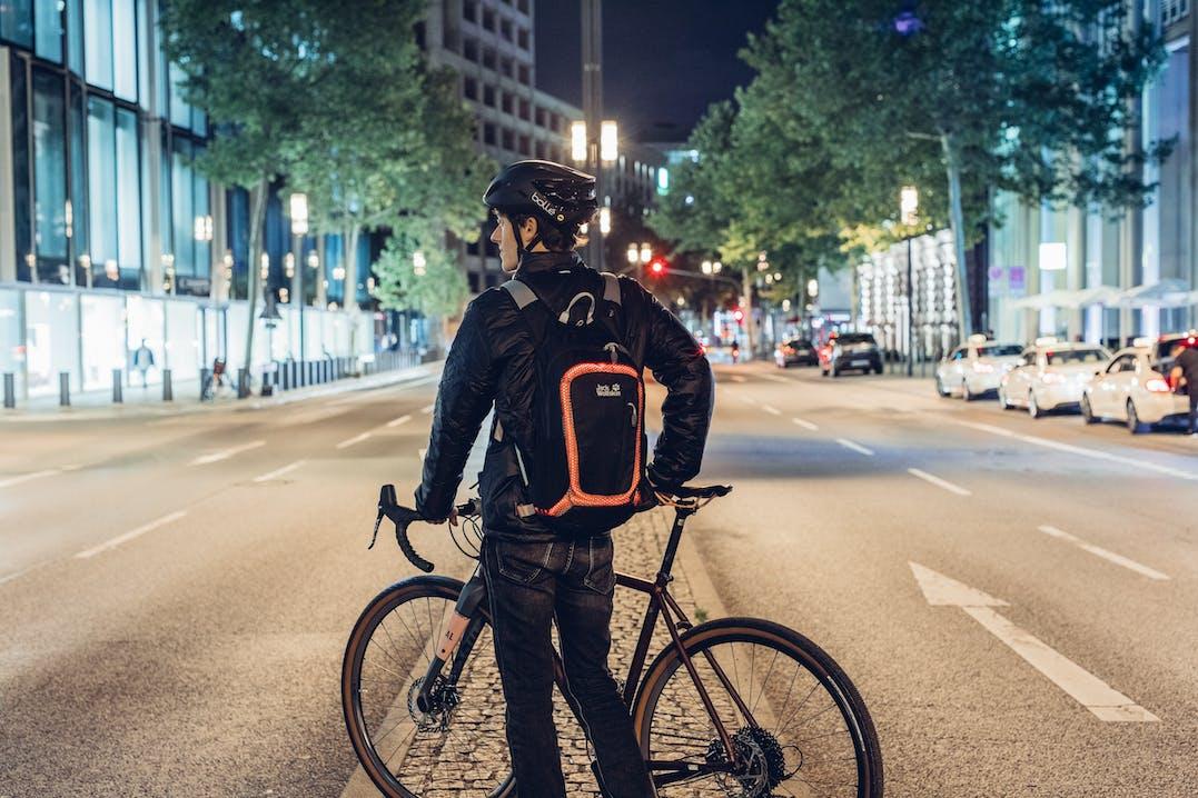Fahrradfahrer mit leuchtendem Rucksack