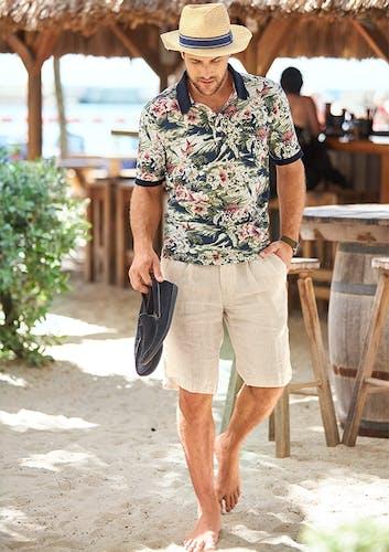 Mann am Strand_Polo_Bermudas_Hut