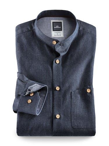 Dunkelblaues hemd mit Stehkragen und Holzknöpfen.