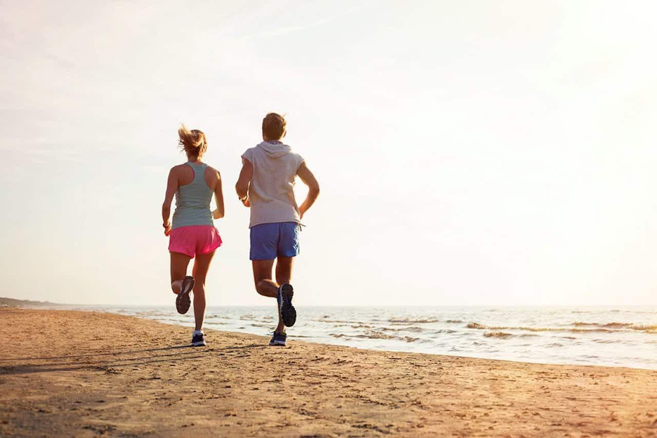 Paar beim Joggen im Urlaub